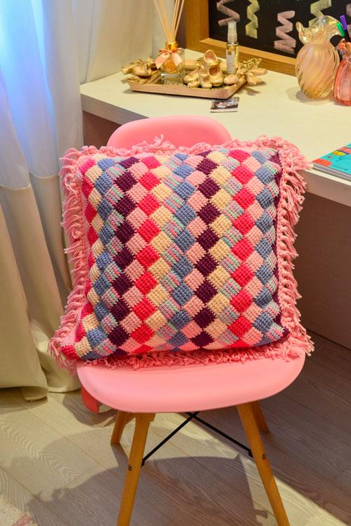 Almofada de crochê tunisiano com quadradinhos